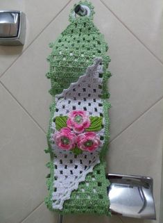 Risultati immagini per porta papel higienico croche Crochet Crafts, Yarn Crafts, Felt Crafts, Easy Crochet, Crochet Projects, Diy And Crafts, Crochet Towel, Crochet Potholders, Crochet Doilies