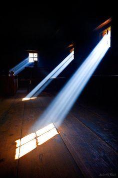 Luz que atraviesa las buhardillas , magia en el desván...