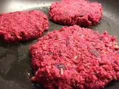 Dit vond ik de meest verrassende variatie van de rode biet. Een burger! Ik heb diverse recepten getest en ben zo op mijn eigen ideale rode bietenburger uitgekomen. Een bijzondere 'vleesvervanger' voor de vegetariër, zonder de eieren ook voor veganist en zelfs voor de openhartige vleeseter. Het proberen waard! [...]