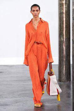 Gabriela Hearst Spring 2020 Ready-to-Wear Fashion Show - Vogue Fashion 2020, Love Fashion, Runway Fashion, Spring Fashion, Fashion Looks, Fashion Outfits, Fashion Design, Mode Orange, Orange Fashion