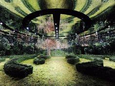 Na última segunda-feira, dia 23, o desfile Spring/Summer 2017 Haute Couture da Dior (@dior) foi o primeiro da nova diretora artística da marca, que construiu duas estruturas temporárias para o evento. Nos jardins do Musée Rodin, em Paris, a passarela foi instalada em um jardim secreto que mais parecida um labirinto mágico, repleto de flores e plantas. No teto, espelhos completaram o cenário, replicando o verde por todo o espaço. (📷 Adrien Dirand | via @archdigest) #dior #runway #garden #jardim Dior Haute Couture, Fashion Runway Show, Fashion Week, Co Design, Event Design, Architectural Digest, Paris, Christian Dior, Catwalk Design