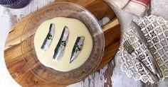 El verano es el mejor momento para este pescado azul, rico en calcio y en grasas insaturadas. Disfrútalo al máximo en una receta fácil y fresca con sardinas marinadas acompañadas de ajoblanco.