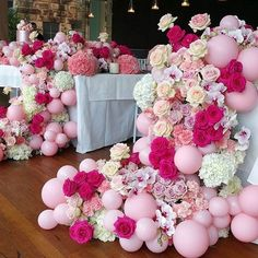 What a beautiful combination of flowers and small latex balloons. Gorgeous wedding table decor.