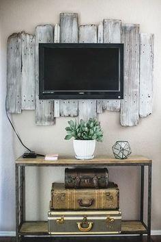 Jak zagospodarować pustą ścianę za telewizorem