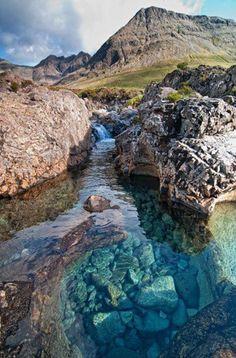 Ilha Skye-Arquipélago escocês das Hebridas e a Piscina das fadas