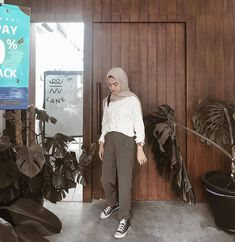 Inspiration Outfit Of The Day . Casual Hijab Outfit, Ootd Hijab, Pants Outfit, Modern Hijab Fashion, Street Hijab Fashion, Hijab Fashion Inspiration, Outfit Essentials, Modest Dresses, Modest Outfits