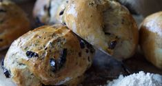 Homemade olive rolls by Greek chef Akis Petretzikis. This recipe makes fluffy, delicious, aromatic, freshly baked olive rolls right at home that are perfect! Cantaloupe Recipes, Radish Recipes, Rolls Recipe, Frangipane Recipes, Spagetti Recipe, Szechuan Recipes, Protein Smoothie Recipes