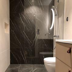 Bruken av to typer kalkstein gir dette badet ett tøft og særeget preg! Kalksteinen er levert av oss😉 ————————————————— #kalkstein #limestone #bad #baderom #bathroom #interior #ideas #inspo #trend  #lenngrennaturstein Decor, Bathroom Lighting, Lighted Bathroom Mirror, Home Decor, Bathroom Mirror, Bathroom, Light, Bathtub, Mirror