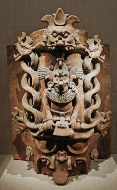 Dios K'awill. Si observan bien esta escultura notaran que el pie izquierdo tiene forma de serpiente. Se dice que los Gobernantes mayas usaban a esta deidad como simbolo de su poder. Museo de Young