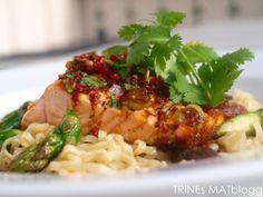 Laks med spicy soyasaus, asparges og eggnudler » TRINEs MATBLOGG