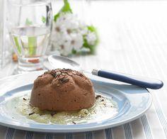 Chokoladeiscreme med ananascoulis   Dejlig chokoladedessert med et friskt strejf af ananas
