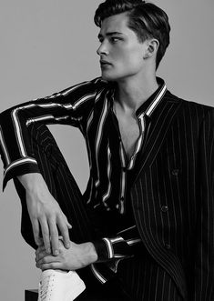 Luxury Vintage Madrid offers you the best selection of contemporary and vintage clothing in the world. Madrid, Photography Poses For Men, Editorial Photography, Mens Trends, Menswear Trends, Fashion Model Poses, Men Photoshoot, Gq Men, Male Poses