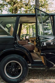 Cappuccinos, Cigars, And Shotguns: Building The Ultimate Gentleman's Range Rover • Petrolicious Range Rover Classic, Range Rover Jeep, Range Rover Off Road, Range Rovers, Tundra Off Road, Garage Workshop Plans, Off Road Adventure, Toyota Fj Cruiser, Classy Cars