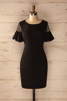 Le soleil couchant derrière les montagnes se reflétait sur la surface immobile du lac. The sun was setting behind the mountains and its reflection on the still water of the lake was beautiful. Black ruffled sleeves shift dress https://1861.ca/collections/products/dungloe