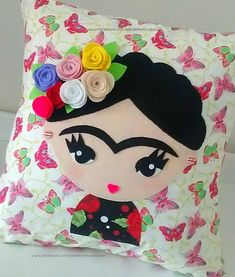 Almofada Frida Kahlo Tam 40x40 Tecido tricoline 100% algodão Enchimento com fibra anti alérgica Sewing Toys, Sewing Crafts, Sewing Projects, Felt Flowers, Fabric Flowers, Felt Crafts, Diy And Crafts, Frida Kahlo Fabric, Little Girl Drawing
