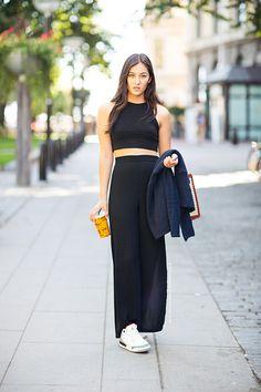 Comprar ropa de este look:  https://lookastic.es/moda-mujer/looks/cardigan-con-cuello-chal-azul-marino-top-corto-negro-falda-larga-negra-zapatillas-bajas-blancas/2289  — Top Corto Negro  — Falda Larga Negra  — Zapatillas Bajas Blancas  — Cárdigan con Cuello Chal Azul Marino