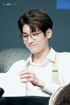 Wonwoo with his glasses is one of the best thing in this world Woozi, Jeonghan, Seventeen Wonwoo, Seventeen Debut, K Pop, Rapper, Vernon Chwe, Hip Hop, Pledis 17