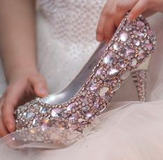 I would feel like Cinderella with these glass slipper inspired wedding shoes!! Luv!!