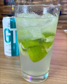 Drink com Skol Beats Gin & Tônica.  Pediram mais uma opção de drink usando essa latinha então aí vai.  #bebidaliberada #skolbeats #caipirinha #drink #drinks #bartender Pint Glass, Gin, Beer, Tableware, Instagram, Tin Cans, Caipirinha, Ale, Dinnerware