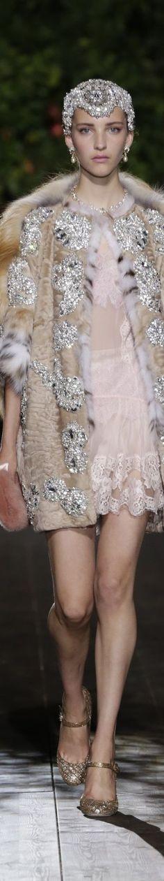 Dolce & Gabbana Alta Moda Premiere A Midsummer Night's Dream Collection Fur Fashion, Fashion Details, Couture Fashion, Love Fashion, Runway Fashion, High Fashion, Fashion Show, Fashion Design, Dolce & Gabbana
