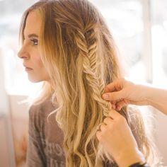 Messy fishtail braid for a boho hairstyle // A fishtail hair tutorial // Bohme Blog