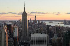 Empire State Building  O Empire State Building é um ícone de Nova York. O arranha-céu de 102 andares manteve o status de edifício mais alto do mundo até 1972, quando foi superado pela torre norte do World Trade Center. Atualmente é o mais alto da cidade, marca que sustentará até a conclusão da Freedom Tower, em construção na região onde ficavam as torres gêmeas.    Leia mais em: http://www.viagemparanovayork.com.br/atracoes-turisticas/empire-state
