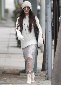 Vanessa Hudgens Channels Yoko Ono in Boho Chic Sunglasses: Photo Vanessa Hudgens shows off her boho chic style in a pair of Yoko Ono-like sunglasses while out and about with a gal pal on Thursday afternoon (January in Beverly… Star Fashion, Look Fashion, Autumn Fashion, Fashion Outfits, Fashion Tips, Gypsy Fashion, Fashion Styles, Estilo Vanessa Hudgens, Vanessa Hudgens Style