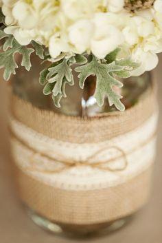Alguns detalhes das embalagens que desenvolvemos especialmente para a produção do Casamento Rústico.   Repare nos arranjos de flores com alg...