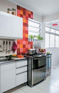 Cozinha com patchwork na parede