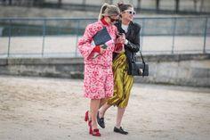 Pin for Later: Das sind die besten Street Style Looks aus Paris, Chérie! Street Style Paris Fashion Week 2016 Pochette (links) von Chanel, Schuhe (beide) von Gucci, Tasche und Rock (rechts) von Gucci.