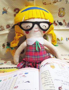 Školačka Anička - textilní panenka Školačka Anička je 45 cm vysoká panenka. Na její výrobu jsem použila kvalitní zahraniční bavlněná plátna, vlásky, čelenka, brýle a botičky jsou z českého filcu (60% viskóza, 40% vlna). Panenka je ušita kombinací strojového a ručního šití. Mašličky na copáncích a sukýnku jsem přišila napevno. Celá panenka je vyplněna ...