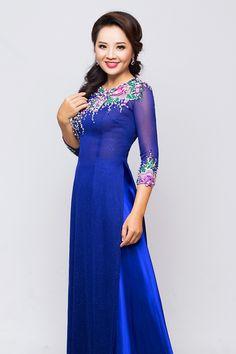 hoai-an-goi-y-4-mau-ao-dai-co-tron-cho-me-uyen-uong-5 Vietnamese Traditional Dress, Vietnamese Dress, Traditional Dresses, Hot Pink Weddings, Ao Dai Vietnam, Vogue, Cute Girls, Mac, High Neck Dress