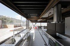 """Casa Caterpillar, Sebastián Irarrázaval l Lo Barnechea, Santiago, Chile l Área 350m² l Esta casa prefabricada para um colecionador de arte e sua família foi construída nos arredores de Santiago, em uma nova área de subúrbio residencial. Para reduzir o tempo e os custos da construção, contêineres de segunda mão foram usados da seguinte forma: Cinco contêineres padrão de 40"""", seis de 20"""" e um conteiner aberto de 40"""" para a piscina."""