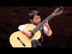"""Impresionante niño japonés de seis años  tocando """"Un día de noviembre"""". ¡La guitarra es más grande que él!."""