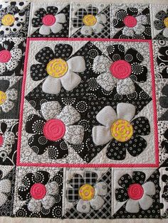 Really cute patchwork. I like the colours together. Quilt Studio, Quilt Baby, Baby Quilt Patterns, Quilting Projects, Quilting Designs, Black And White Quilts, Black White, Quilt Modernen, Flower Quilts