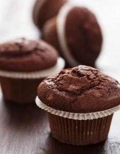 Recette Muffins au chocolat Thermomix : Préchauffez le four à 180°C / Th.6. Cassez le chocolat dans le bol et pulvérisez-le en appuyant plusieurs fois sur le bouton turbo. Ajoutez le beurre coupé en morceaux et programmez 3 mn / 50°C / vitesse 4. Ajoutez les oeufs, le sucre et mélangez 15 s /...