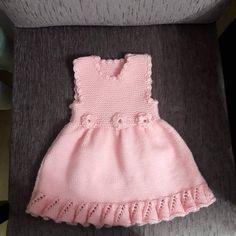 Volan Ve Çiçek Süslemeli Çocuk Jilesi / Elbisesi Yapımı. Knit Baby Dress, Mode Outfits, Baby Sweaters, Baby Girl Dresses, Baby Knitting Patterns, Flower Dresses, Kind Mode, Pulls, Dress Making