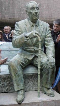 Statue of Jorge Luis Borges at The National Library of the Argentine Republic is the largest library in Argentina. It is located in the barrio of Recoleta in Buenos Aires. Sculpture Clay, Garden Sculpture, Statues, Equador, Writers And Poets, Largest Countries, Bronze, Most Beautiful Cities, I Love Books