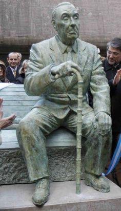 Estatua de Jorge Luis Borges. Frente a la Biblioteca Nacional en Buenos Aires, Argentina.