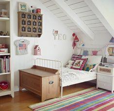 La cama Minnen de Ikea aporta el toque vintage definitivo a esta habitación infantil. Los banderines, muebles vintage… hacen el resto...