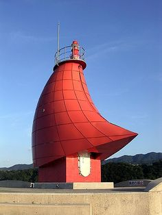 Lighthouse, Osaka, Japan es un faro! Unusual Buildings, Amazing Buildings, Amazing Architecture, Art And Architecture, Unusual Houses, Light In, Beacon Of Light, Lighthouse Pictures, Rocky Mountains