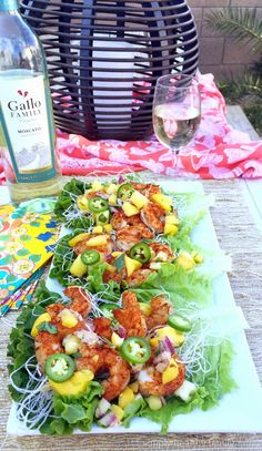Simply Healthy Family: Grilled Blackened Shrimp Lettuce Wraps with Moscato Fruit Salsa Healthy Snacks, Healthy Eating, Healthy Recipes, Salad Recipes, Seafood Dishes, Seafood Recipes, I Love Food, Good Food, Clean Eating Recipes