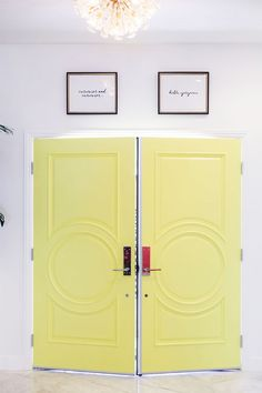 How To Decorate an Entryway with Kelly Golightly + Kate Spade Home. Love this yellow door! Black Interior Doors, Yellow Interior, Dunn Edwards Paint, Traditional Home Magazine, Modernism Week, Palm Springs Style, Yellow Doors, Entry Way Design, Beautiful Interior Design
