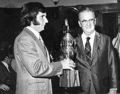 Emerson Fittipaldi(E), piloto da equipe Lotus, de Fórmula 1, recebe o troféus nas mãos de Roberto Ferreira do Amaral, presidente do Banco Comércio e Indústria, durante a festa de encerramento da Copa Brasil de Automobilismo de 1970