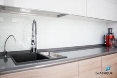 Backsplash-uri din sticlă mată, pentru o bucătărie cu un aer minimalist!