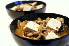 Jest to dość oryginalny przepis na koreańską zupę z kimchi. Potrawa jest dość szybka do przygotowania a jej unikalny smak zachwyci nawet najwybredniejsze gusta. Pani Teresa nie przepada za kiszoną kapustą jednak tak koreańska wersja takiej zupy ewidentnie