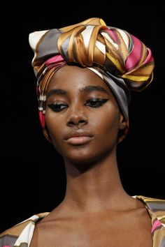 Marc Jacobs, Guido Palau wrapped each model's hair into a silk turban, some accessorised with oversized brooches. Turbans, Headscarves, Makeup Trends, Beauty Trends, Hair Trends, Catwalk Makeup, Marc Jacobs, Hair Turban, Runway Hair