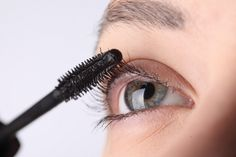 Every woman wishes for thick, long, flawless eyelashes. Few coats of Mascara on your lashes can absolutely change the way you look. Here are 8 expert mascara hacks that will make you look bright-eyed and beautiful. Make Eyelashes Grow, Longer Eyelashes, Fake Eyelashes, Thick Lashes, Long Lashes, False Lashes, How To Apply Blusher, How To Apply Mascara, How To Apply Makeup