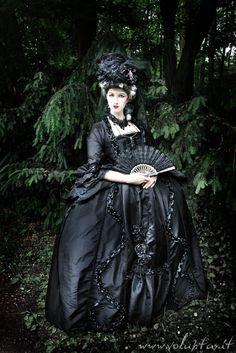 Gothic Woman with fan Baroque Fashion, Dark Fashion, Victorian Fashion, Gothic Fashion, Victorian Dresses, Steampunk Fashion, Emo Fashion, Gothic Outfits, Gothic Dress