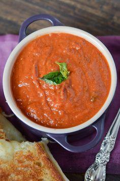 Tomato Recipes Panera Creamy Tomato Soup Copycat Recipe - Perfect easy tomato soup recipe that is crazy similar to your favorite bowl of soup at Panera! Panera Bread Creamy Tomato Soup Recipe, Tomato Soup Recipes, Creamy Tomato Basil Soup, Vitamix Tomato Soup, Crockpot Tomato Soup, Canned Tomato Soup, Veggies, Vegetarian, Gastronomia